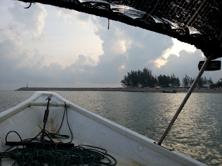 Pengalaman Pertama Memancing di Laut  Pengalaman kali pertama untuk memancing di laut menjadi kenyataan untuk AM. Sudah lama menyimpan impian untuk mendapat pengalaman memancing di laut yang sentiasa di perkatakan oleh kekawan AM.  Akhirnya secara mengejut dan dalam tempoh masa yang singkat sahaja mendapat jemputan dari jiran AM yang menjemput AM menyertai trip ke laut sekitar Kota Bharu, Kelantan.  Setelah hampir 2 bulan AM menyiapkan peralatan memancing (bukan set memancing) sekadar persiapan yang ringkas sahaja. Antara peralatan yang sempat AM beli adalah :-  Kesemuanya AM membeli di Lazada.com.my yang menawarkan harga yang lebih murah berbanding dengan kedai-kedai pancing yang lain di sekitar Kota Bharu.  Setelah hari yang dijanjikan tiba, seperti biasa AM nie bukanya biasa ke laut dan ini adalah kali pertama untuk merasa ombak dan olak laut.  Sehari sebelum perjalanan AM telah membeli ubat tahan mabuk untuk perjalanan yang biasa di dapati di mana-mana farmasi. Ubat penahan mabuk yang AM beli adalah Monovin.  Selepas subuh hari yang dijanjikan, AM menelan sebiji ubat penahan mabuk dan bukanya 2 biji yang disarankan. Kesilapan pertama.  AM adalah orang yang pertama sampai di tempat bot berlabuh di sungai yang berhampiran dengan rumah AM sahaja.  Ketenangan air sungai dan kesejukkan pagi memberi kedamaian yang tak terkata. Peralatan dah disediakan, hanya menunggu jiran untuk memulakan perjalanan.  Hampir 10 minit menanti akhirnya kami mula bergerak menyusuri sungai pengkalan datu ke kuala senak. Perjalanan ini hanya mengambil masa 10 ke 15 minit sahaja.  AM sempat mengambil beberapa gambar sekitar Kuala Senak. Bukan main gembira lagi bila boleh nampak laut dan mula ke laut.  Perjalanan hanya mengambil masa sekitar 30 minit sahaja dari Kuala Senak ke tempat memancing. Kali ini tiada tempat atau unjang yang akan dituju. Semuanya hanya agak-agak dan pengalaman tuan bot sahaja.  Sampai sahaja di tempat untuk memancing semuanya mula mengeluarkan alat memancing dan pali