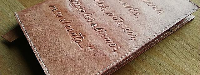 fundas-cuero-cuadernos-agendas-personalizadas-iniciales-nombres-logos-frases-poemas.jpg