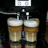 Kaffeevollautomat macht Cappuccino