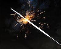 Kıvılcımlar saçarak yanan bir maytap çubuğu