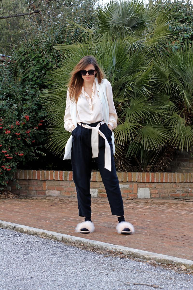 outfit con ciabatte pelose