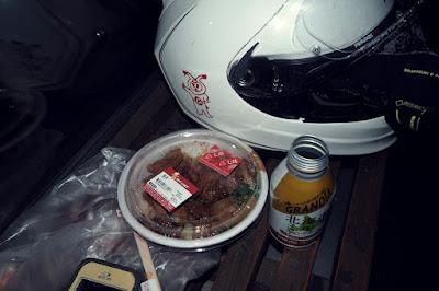 みるみるうちに冷たくなるセコマの豚丼と缶コーヒー