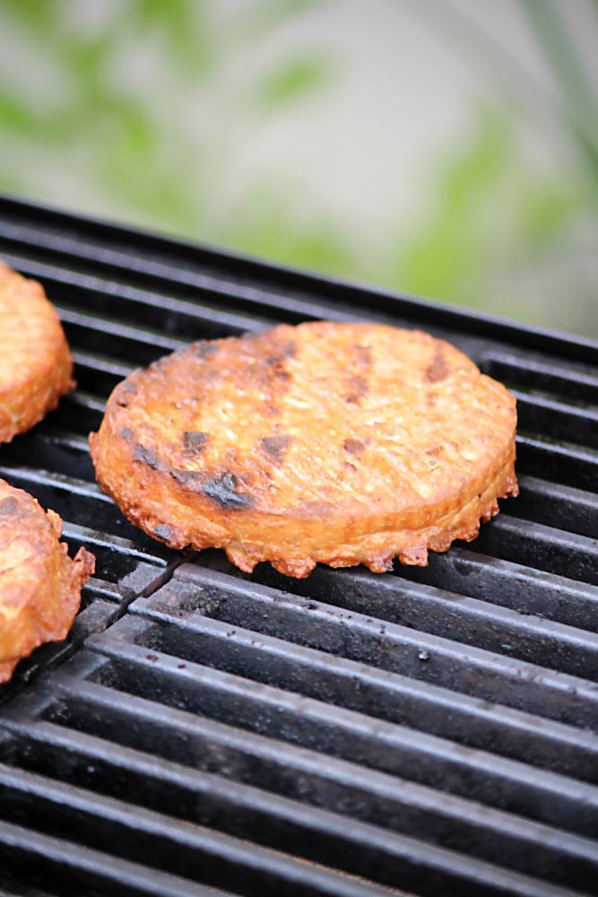 Vegane Hamburger-Patties aus Seitan (Weizenprotein) Vegetarisch und vegan grillen mit den Köstlichkeiten aus der Vegithek von EDEKA  | Arthurs Tochter kocht. von Astrid Paul