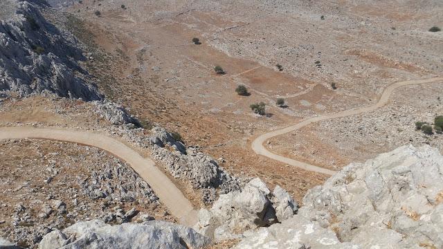 דרך העפר שעולה מהכפר לתצפית מזרחה על חופי רודוס