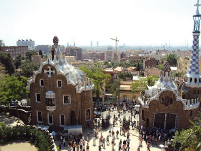 Ayant été fondée par lesRomains, la ville devint la capitale descomtes de Barcelonepuis l'une des villes majeures de laCouronne d'Aragonet, après, la capitale de laprincipauté de Catalogne. Redessinée plusieurs fois pendant son histoire, elle est aujourd'hui unedestination touristiquemajeure et jouit d'unpatrimoine culturelunique. Lepalais Güell(en1984), laCasa Milà, leparc Güell, lePalais de la musique catalaneet l'Hôpital de Sant Paufigurent d'ailleurs sur laliste du patrimoine mondialde l'UNESCO. En outre, la ville est également connue pour avoir accueilli lesJeux olympiques en 1992et, plus récemment, le siège de l'union pour la Méditerranée.