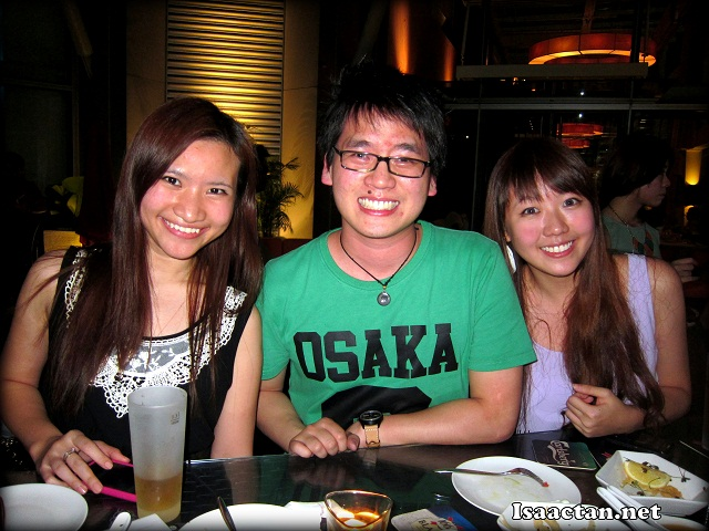 The Nuffnang boss, Tim with his two lovely interns.