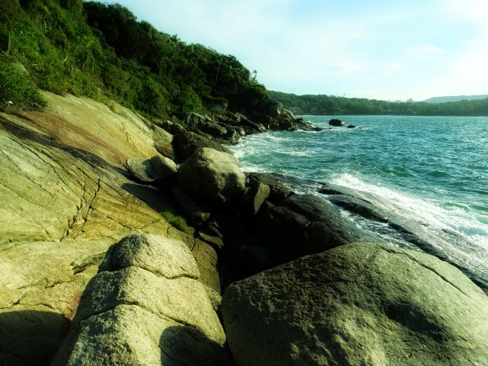 Olhar para a Praia do Retiro dos Padres, em Bombinhas, a partir dos costões rochosos da trilha.