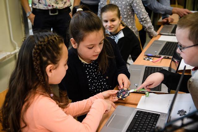 Schülerinnen und Schüler der Berliner Alt-Lankwitzer-Grundschule programmieren mit Calliope mini.