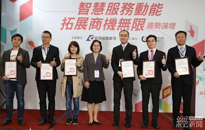 經濟部商業司司長李鎂(左四)授證輔導省電業者
