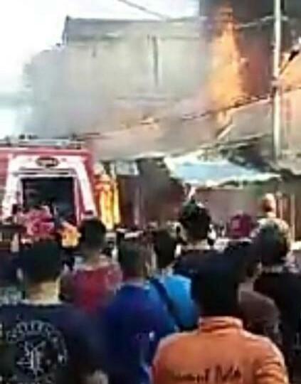 Warga menyaksikan 4 kios dan 1 rumah di Rantauprapat yang terbakar.