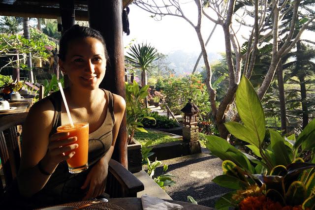 Lena tomando un zumo en el restaurante del Hotel Bunga Permai de Ubud (Bali)