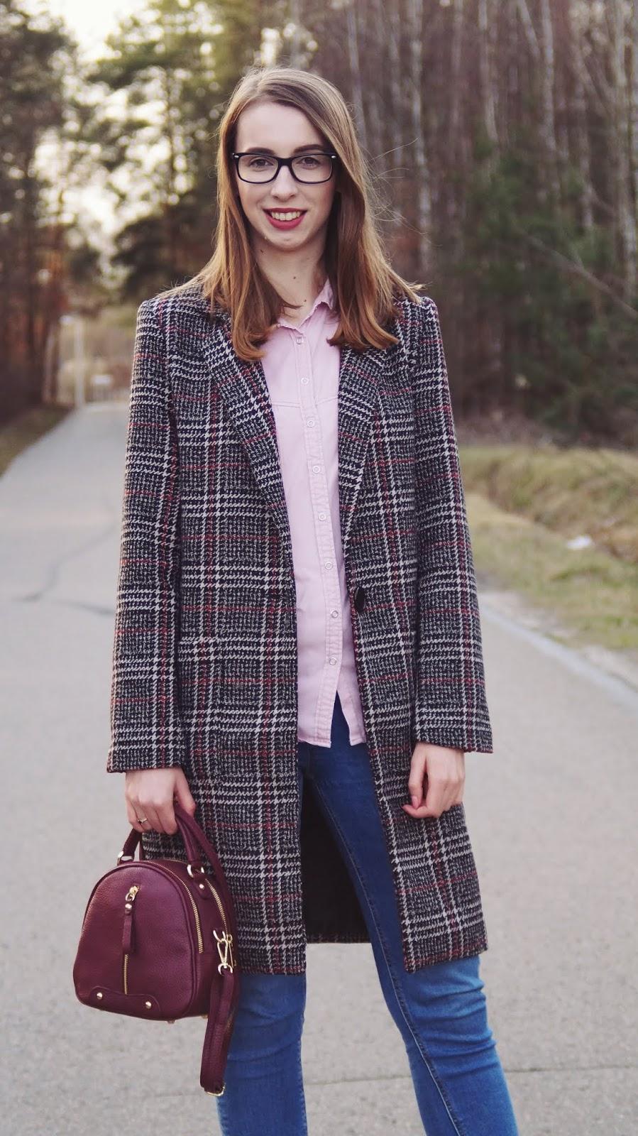 Różowa koszula i płaszcz w kratę
