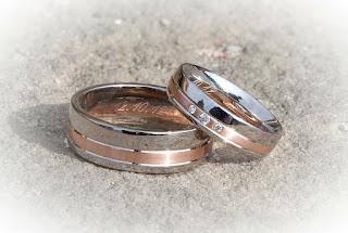 https://pixabay.com/en/ring-wedding-wedding-rings-marriage-260892/