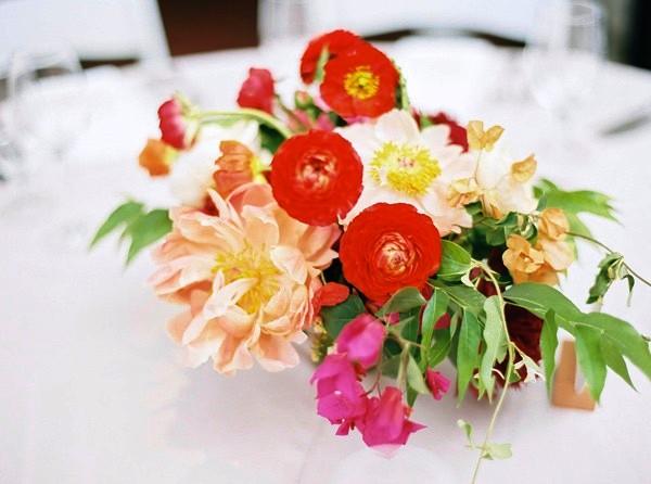 centro con flores silvestres para mesa boda chicanddeco