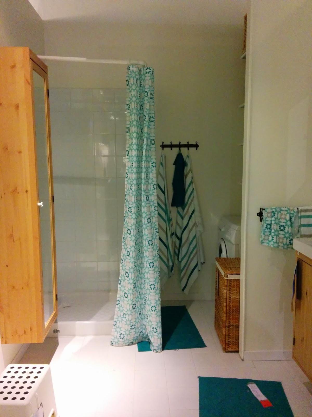 dans la srie juai pas beaucoup duargent pour rnover et ma trs petite salle de bains de m compter. Black Bedroom Furniture Sets. Home Design Ideas