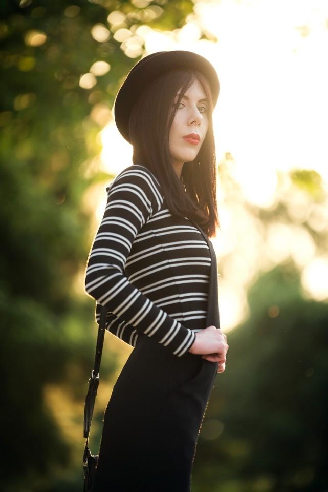 szerokie ogrodniczki | stylizacja z ogrodniczkami | bluzka w paski | moda alternatywna | stylizacja z kapeluszem | bluzka bez ramion | zdjęcie o zachodzie słońca | blog o modzie | blogerka modowa