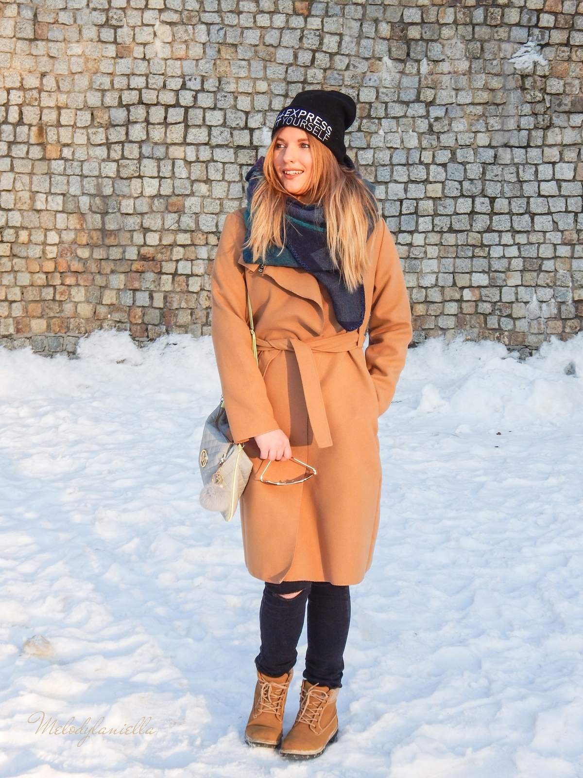 13  melodylaniella wełniany piaskowy beżowy karmelowy wielbłądzi płaszcz stylizacja na zimę białe dodatki torebka manzana trapery deichmann czepka bellissima duży szal okulary fashionist