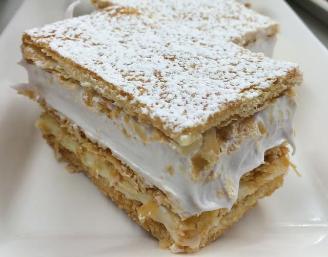 milhojas de merengue y crema pastelera hechos en casa.