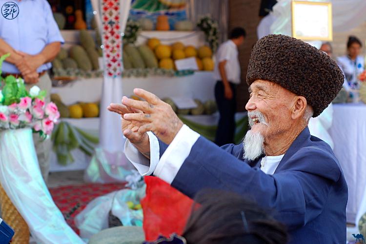 Le Chameau Bleu - Blog Voyage Ouzbékistan - Vieux à la fête du melon à Khiva
