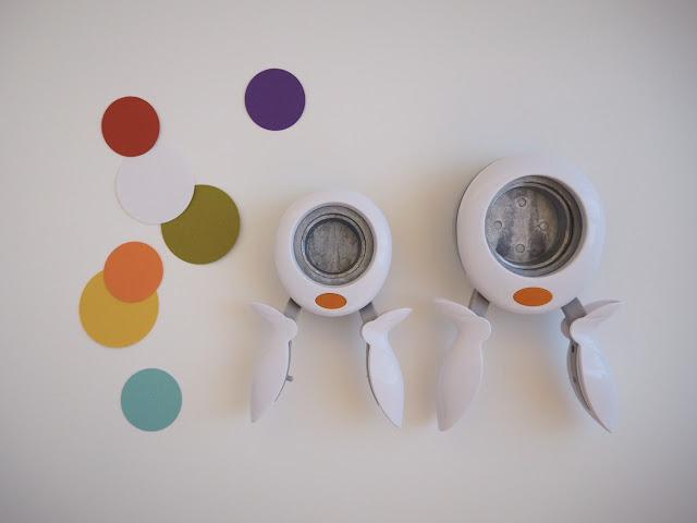 準備各種顏色的紙,輕鬆的用打洞器打出很多彩色圓圈圈