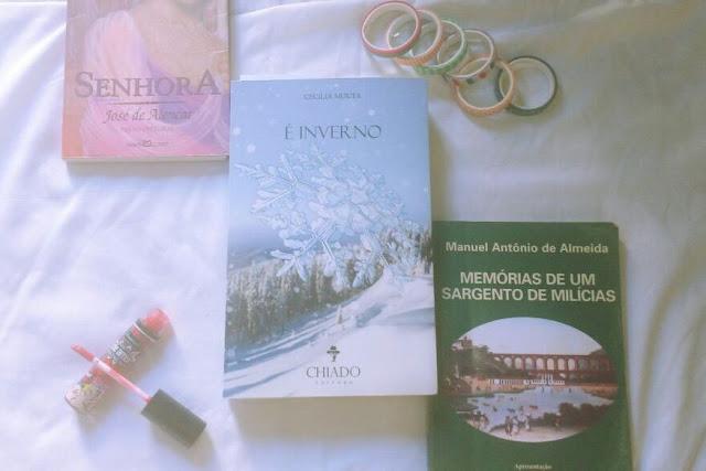 Livros, washi tapes e batom vermelho