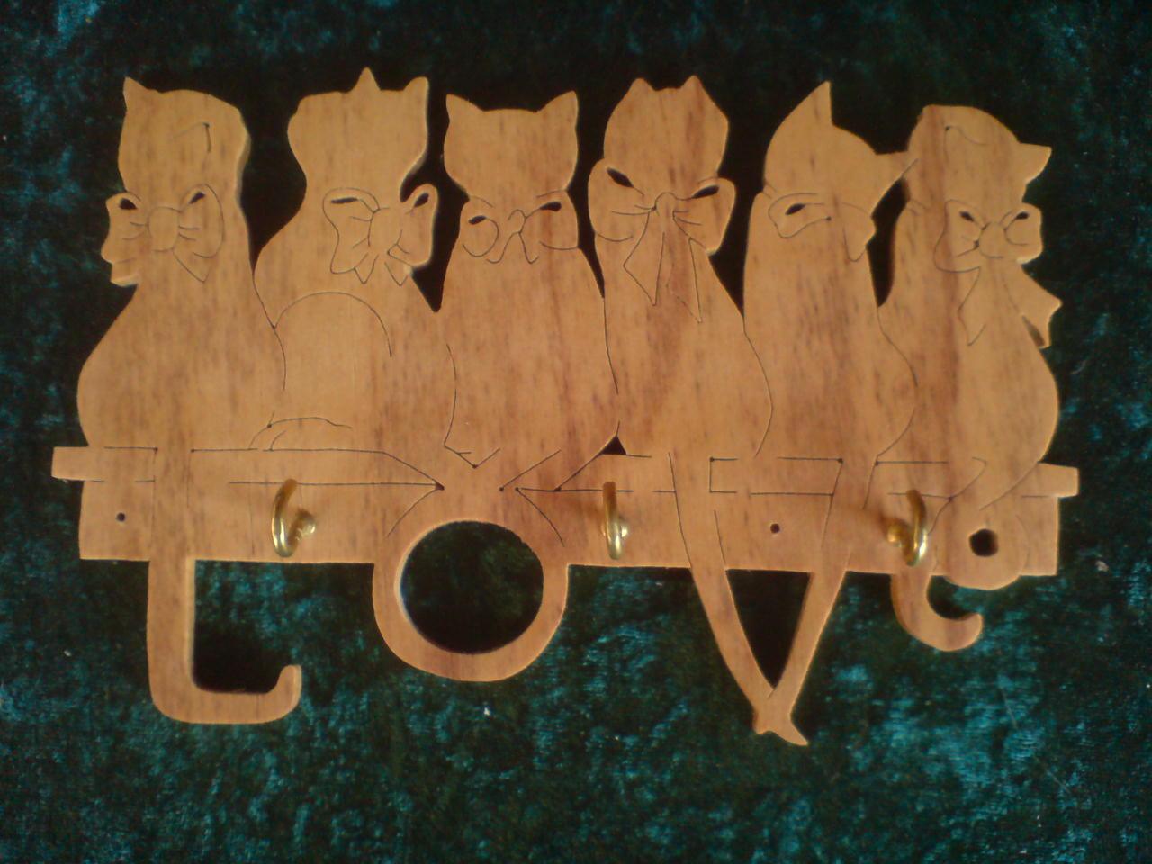 Holzkunst in traditioneller Handarbeit: Schlüsselbrettchen