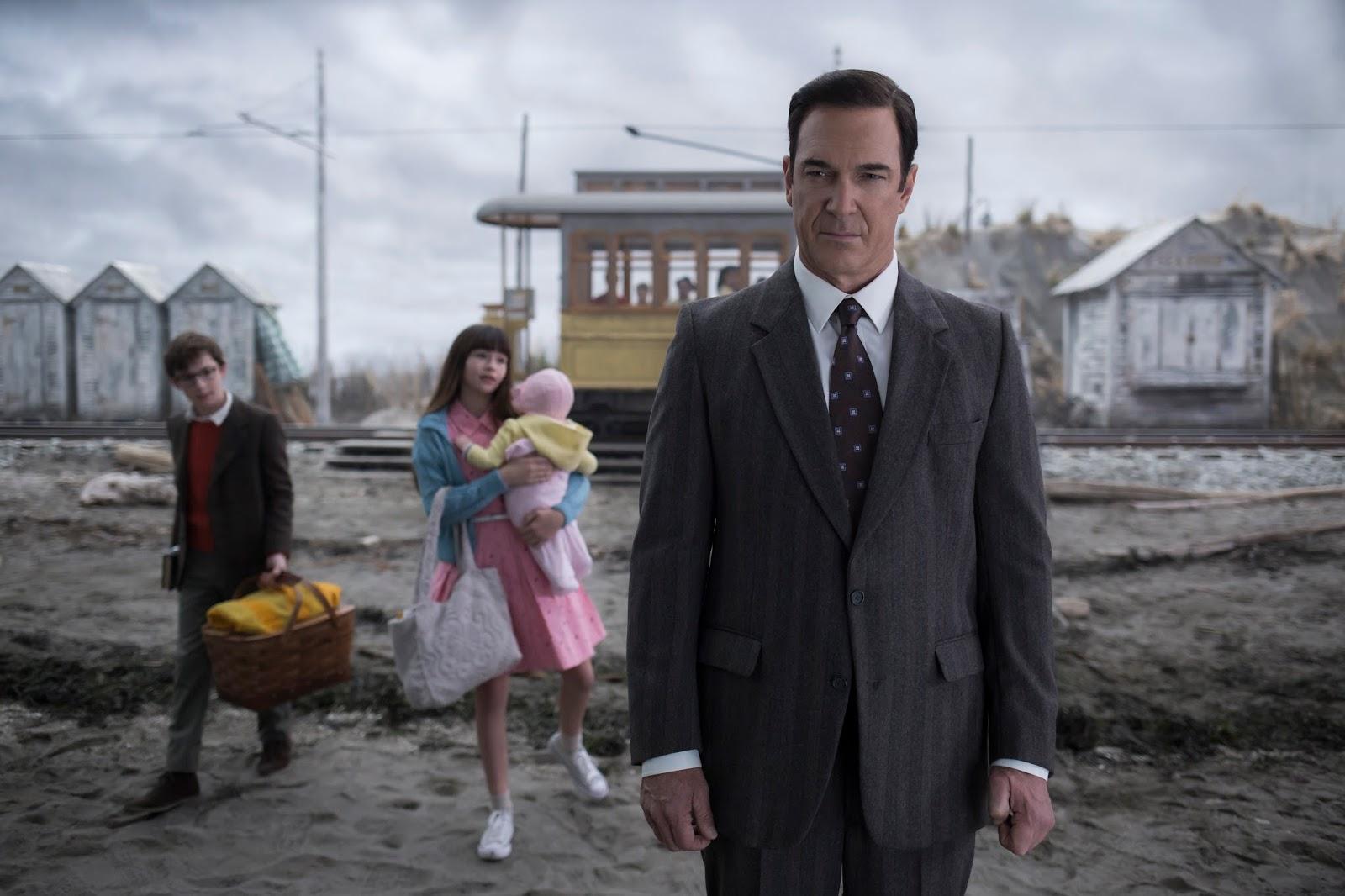 Lemony Snicket y los niños Baudelaire en Playa Salada en el primer episodio