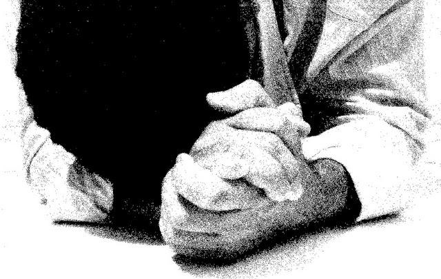 hombre orando rezando
