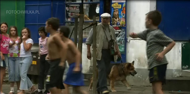 Rezerwat - kadr z filmu. Ulica na warszawskiej pradze i rozbiegane dzieci.