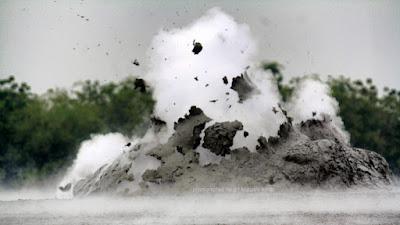 Letupan lumpur di kawah lumpur Bledug Kuwu.