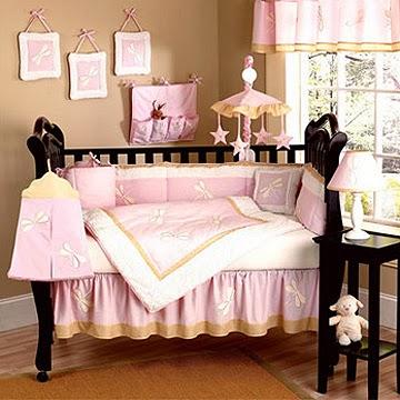 habitación de bebé en rosa y marrón