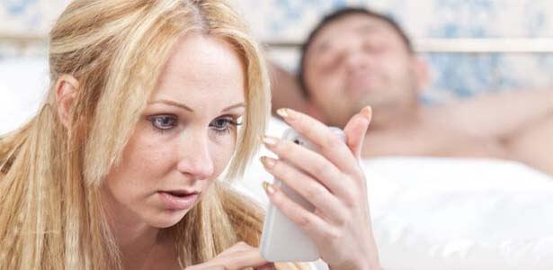 Esposa engaña a su esposo chateando por celular