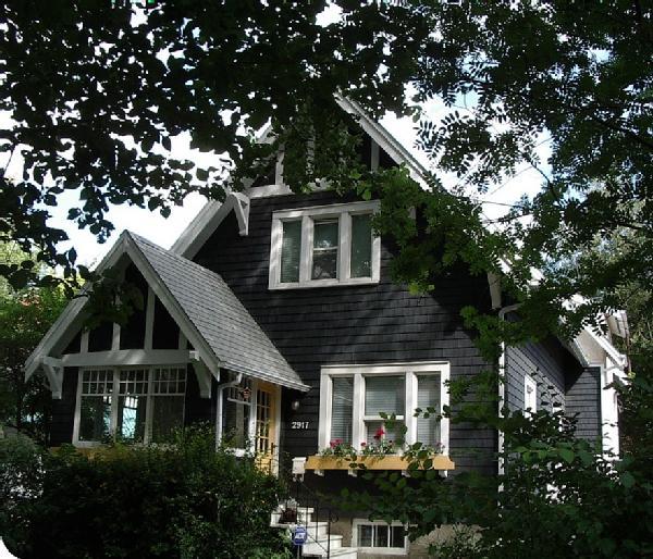 La maison boheme black cottage white trim - Black house with white trim ...