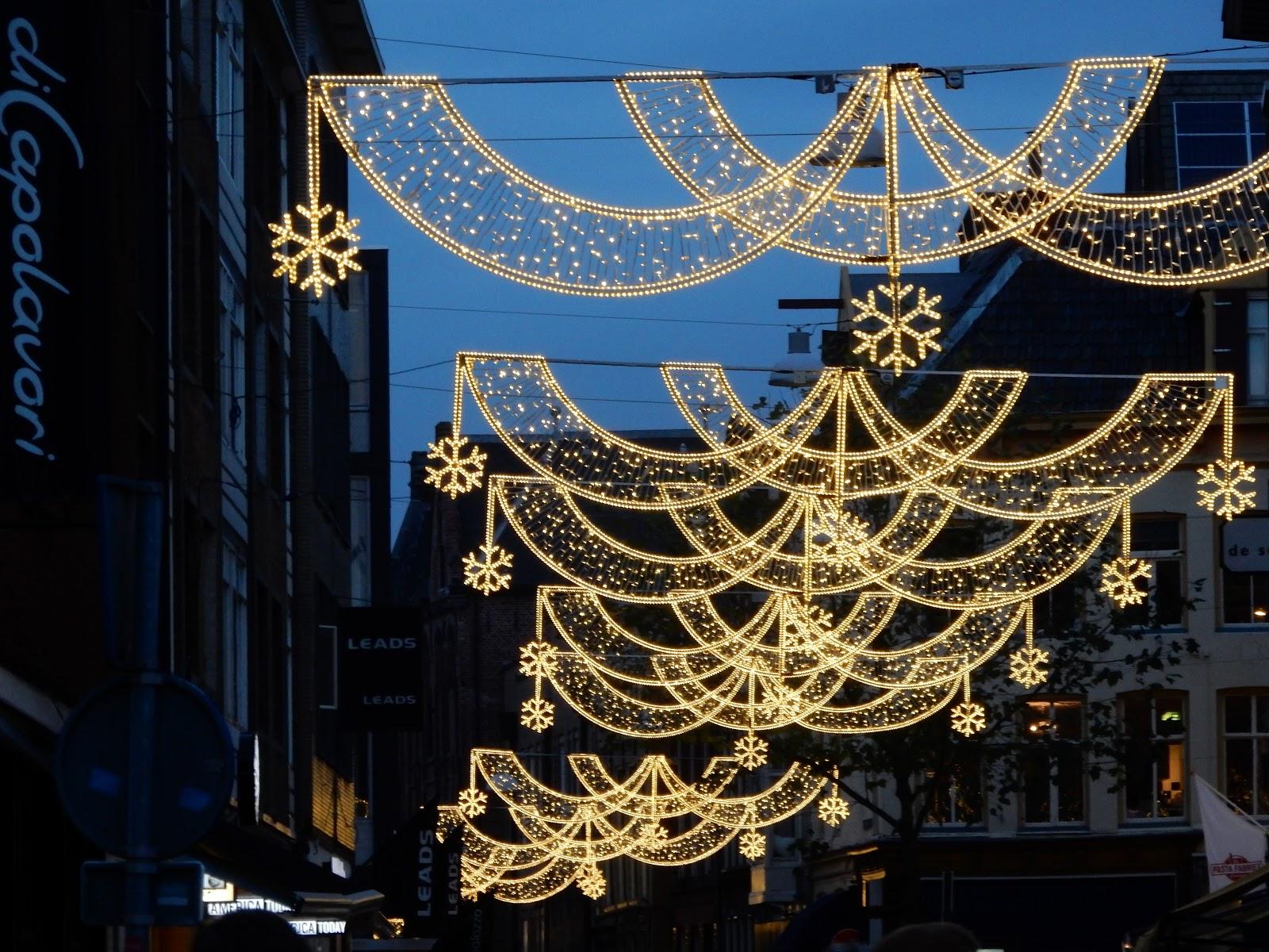 groningen is momenteel weer geheel in feestsfeer de verlichting is weer aangebracht en een diversiteit van verlichting van straat naar straat in de