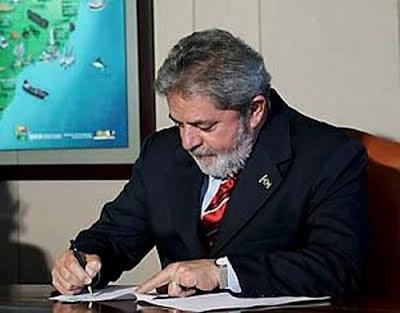 Lula escrevendo