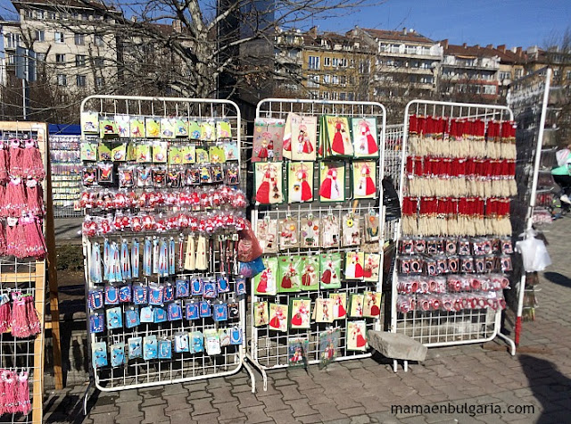 Venta de martenitas en la calle, Sofía, Bulgaria