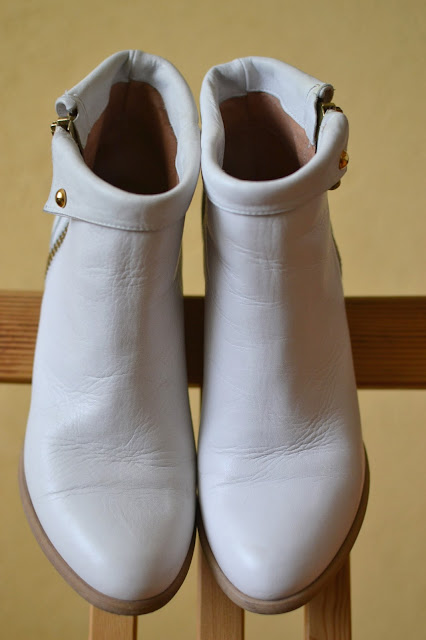 Asi bez krídiel to nepôjde_Katharine-fashion is beautiful_Biele členkové čižmy_Katarína Jakubčová_Fashion blogger