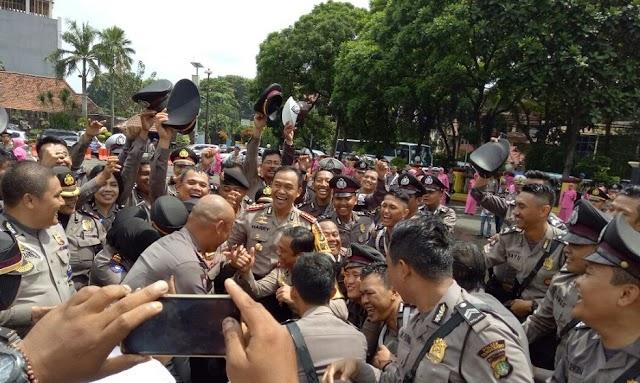 Disiram Air, Tanda Anggota Polres Metro Tangerang Kota Naik Pangkat