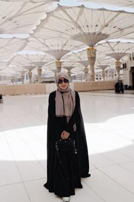 Cewek igo manis pakai Abaya di Hijab manis selfie di Masjid Madinah