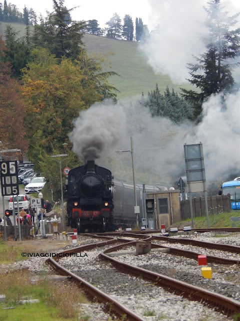 Il treno a vapore arriva in stazione