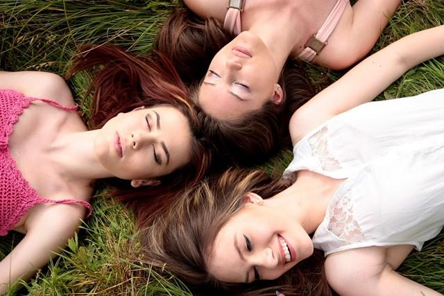 soins beauté - gestes beauté rapides - femmes pressées - démaquillage - sourire - application blush - enluminateur
