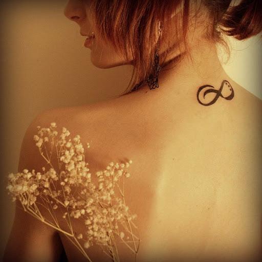 Pequena Tatuagem no Pescoço Ideia para as Meninas