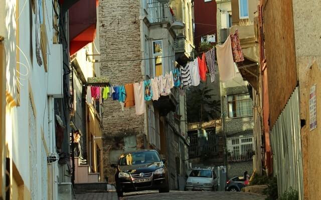 Sokakta-asılan çamaşırlar- Balat'ın-simgesi