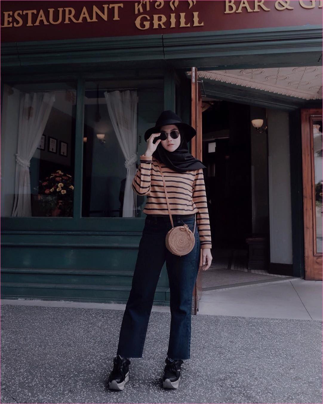 Outfit Untuk Remaja Berhijab Yang Mempunyai Tubuh Pendek Tapi Mau Kelihatan Tinggi t-shirt stipe coklat muda dan tua cullotes jeans denim slingbags rotan hijab pashmina diamond kacamata topi sneakers kets hitam ootd trendy 2018 outfit selebgram