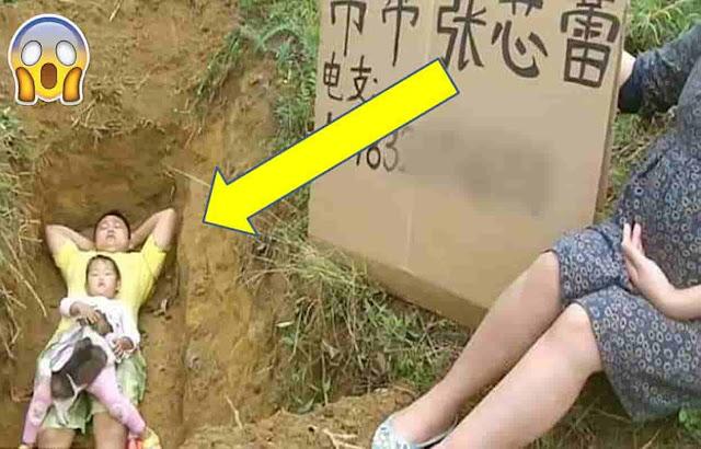 أب يضع ابنته يوميا في قبر حفره لها بيديه لسبب لن يخطر على بالك !
