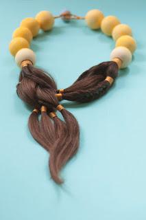 Designer cria joias com cabelo para mulheres com câncer