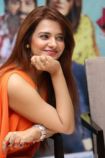 Actress Saloni Aswani Pos in Short Dress at Meelo Evaru Koteeswarudu Movie Interview  0117.JPG