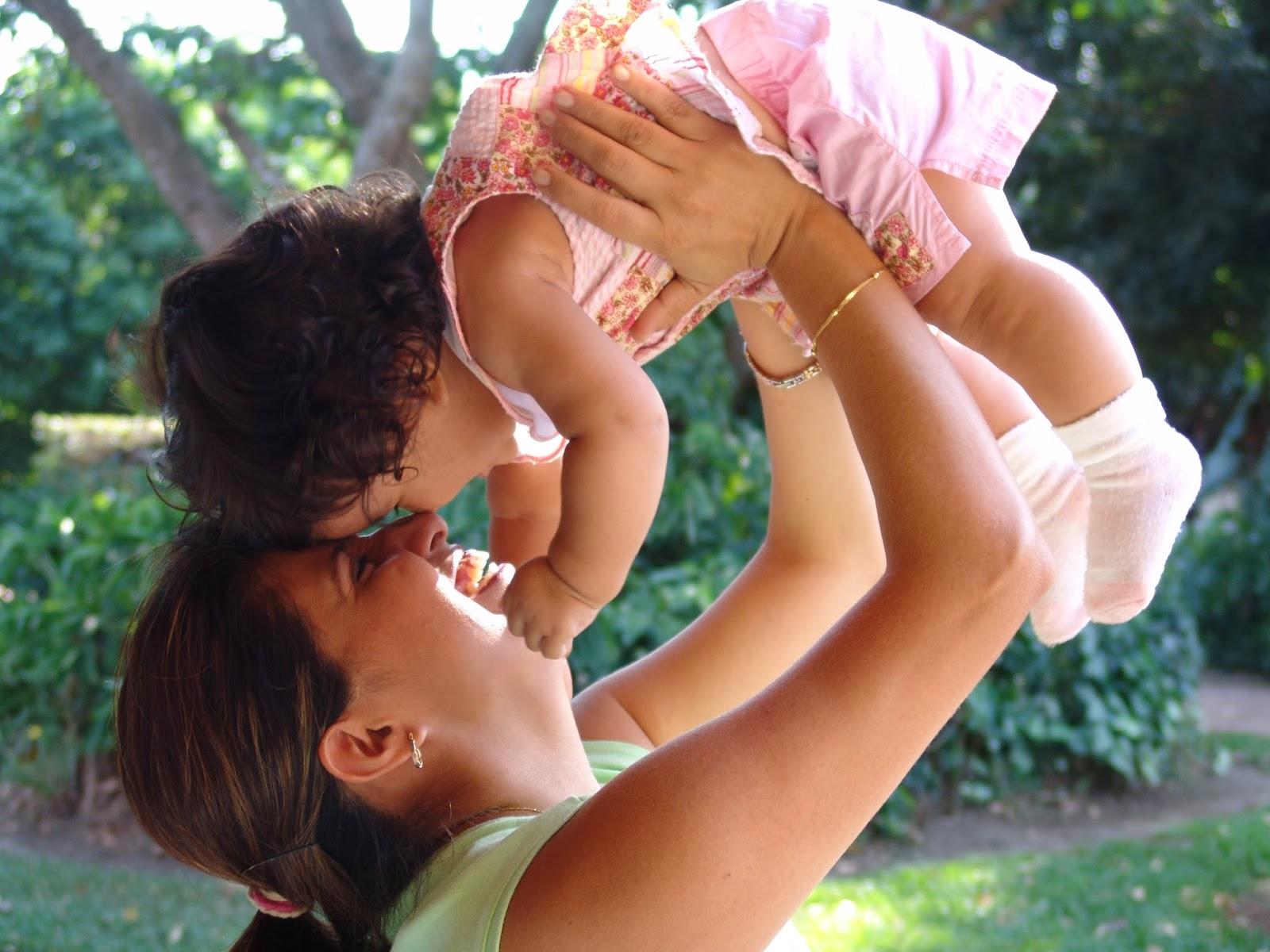 Importancia de la alimentación de la madre durante la lactancia materna. En la foto se ve a una madre jugando con su hija, en edad de darle de mamar todavía.