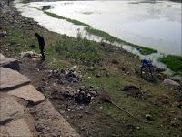Les employés municipaux collectent les déchets derrière le temple