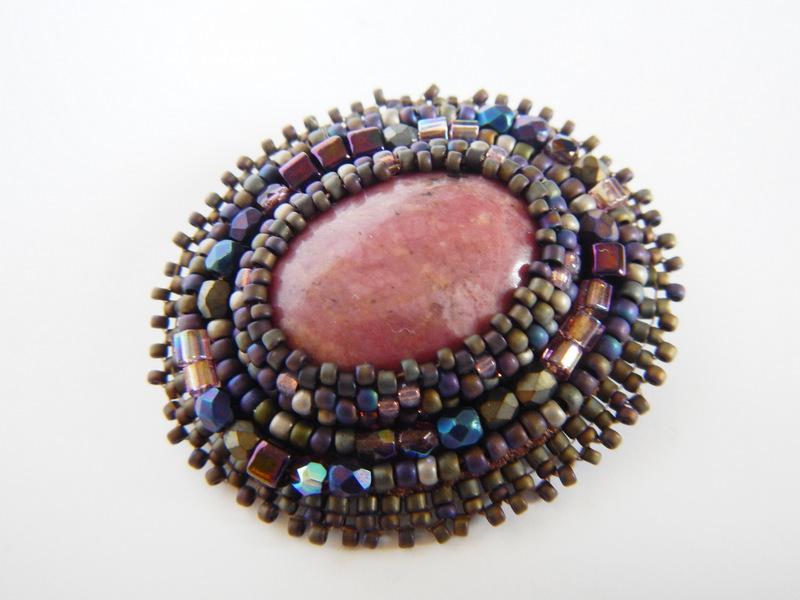 Broszka wykonana haftem koralikowym z rodonitem